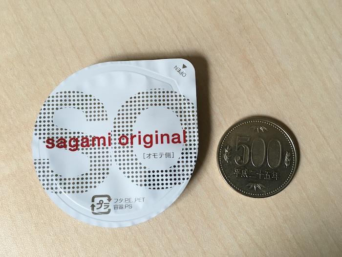 サガミオリジナル0.02mmのブリスターパックと500円玉