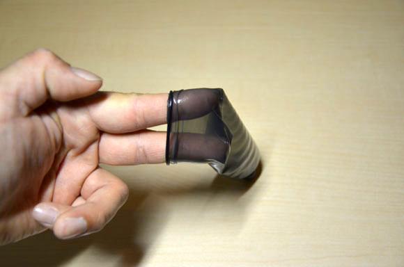 ザ・ベスト コンドーム0.1mmストロングを指で伸ばしているところ
