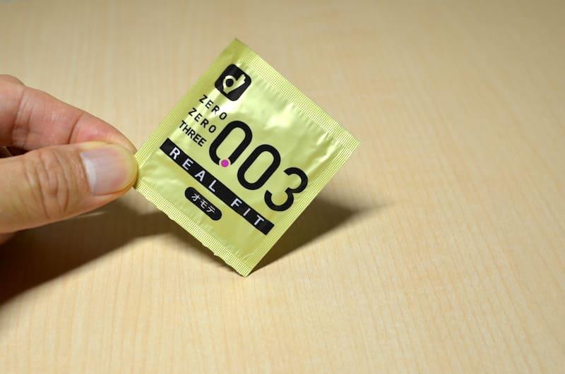オカモト(リアルフィット003)の個別包装を手にとったところ
