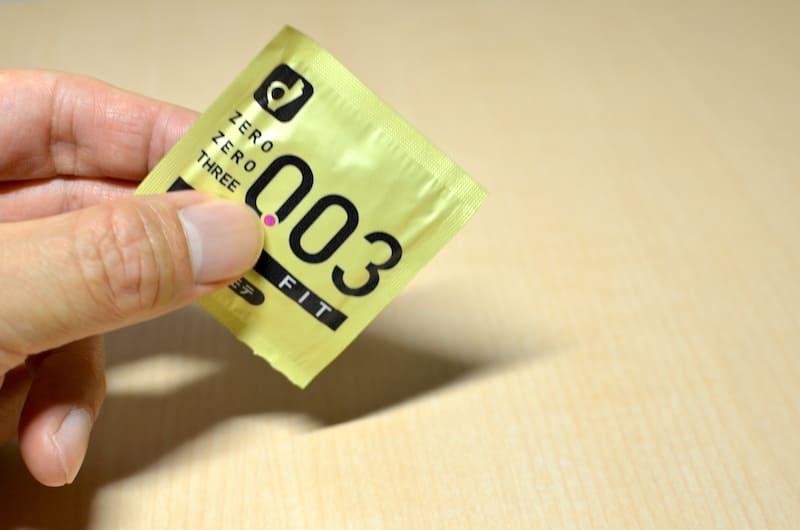 オカモト(リアルフィット003)の個別包装のザラつきを確認