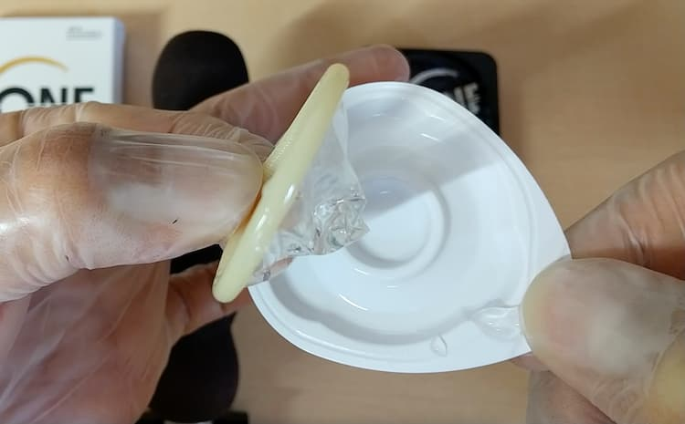 ZONEプレミアムのブリスター個包装からコンドームを取り出したところ