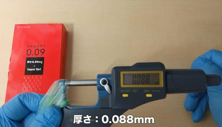 サガミ009ドットの厚さをマイクロメータで測定しているところ